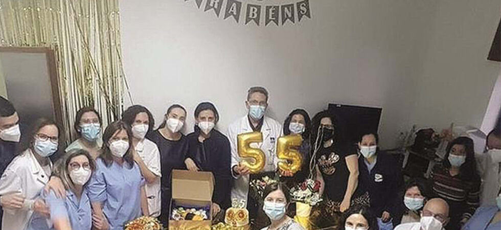 Fotografia mostra profissionais de saúde em festa no hospital da Guarda