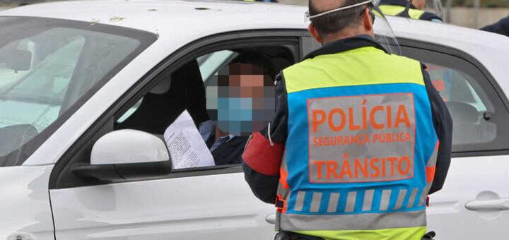 Homem multado ao comer sandes parado no carro em Torres Novas