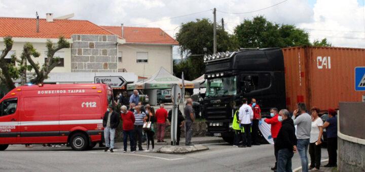 Mulher perde a vida atropelada por camião em Guimarães enquanto atravessava a rua