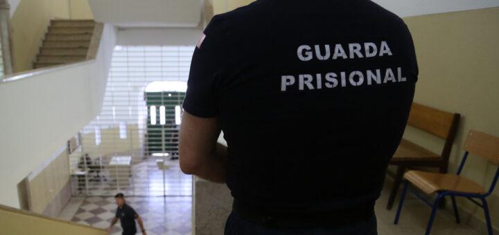 Fartos da cozinheira, reclusos fazem greve de fome na prisão de Alcoentre
