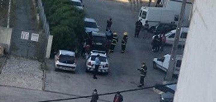 Bebé de 1 ano completamente trancado sem ninguém dentro de carro em Almada