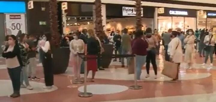 """Desesperados, Portugueses """"inundam"""" centros comerciais no dia de reabertura"""