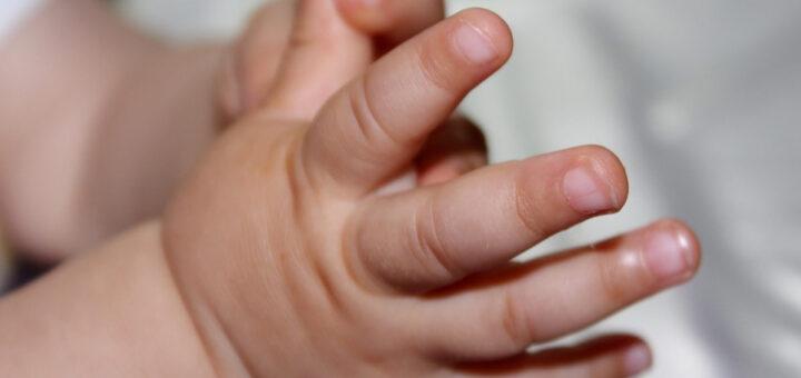 Pais abandonam filha bebé no lixo porque queriam um menino