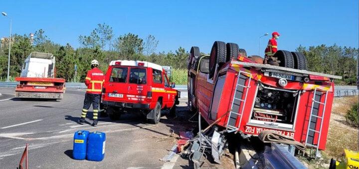 Dois bombeiros feridos após capotamento de autotanque