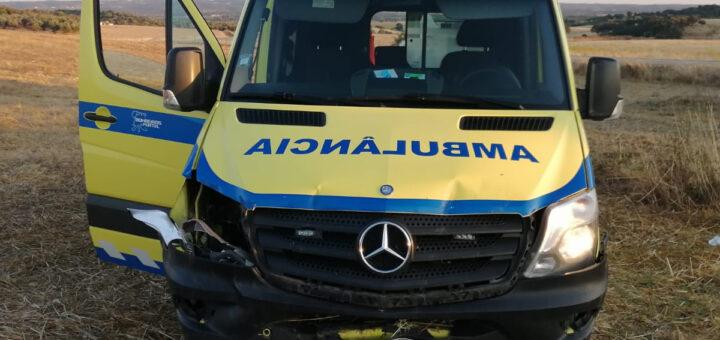 Jovem de 27 anos agride dois bombeiros, rouba ambulância do INEM e destrói a viatura em acidente