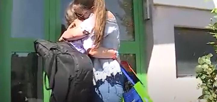 Menina de 12 anos que foi retirada dos braços da mãe volta finalmente para casa