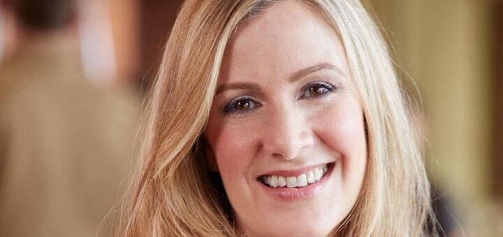 Apresentadora da BBC morre por complicações raras causadas pela vacina da AstraZeneca