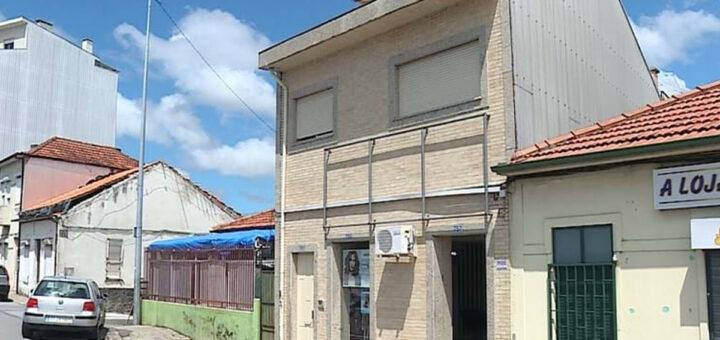 Menino de 3 anos ao cuidado da avó fica sozinho em casa e cai de janela em Rio Tinto