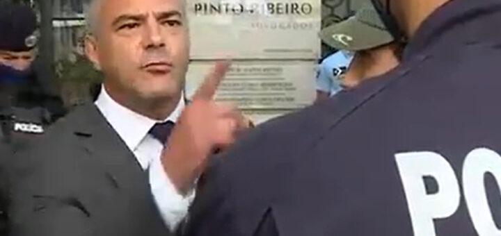 """Juiz negacionista confronta a polícia em frente ao tribunal: """"Não se atrevam a tocar-me nem carregar sobre as pessoas"""""""