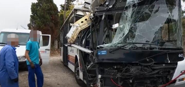 As imagens do autocarro que esta tarde colidiu contra uma árvore em Sintra